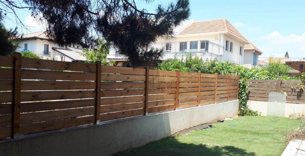 גדר עץ לגינה במגוון אפשרויות עיצוב