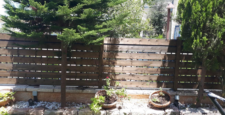גדר עץ לבית פרטי